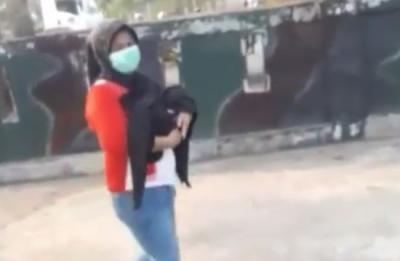 Viral Polisi Tolong Seorang Ibu yang Jalan Kaki Gendong Jenazah Bayinya