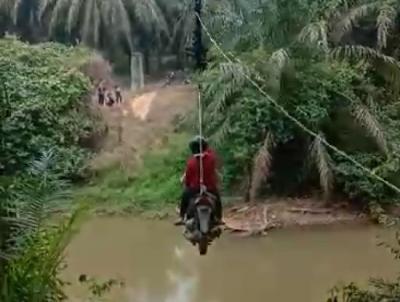 Viral Warga Nyeberang Sungai ala Flying Fox, Begini Cerita Sebenarnya