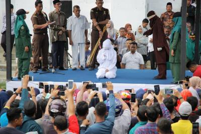Polisi Syariah Aceh Cambuk Tiga Pasangan Mesum