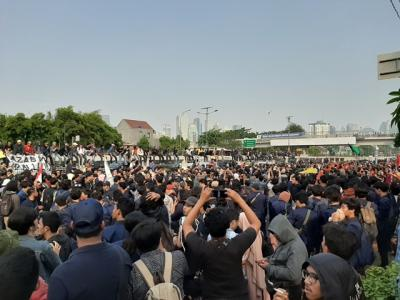 Massa Demo Padati DPR, Jalan Gatot Subroto Ditutup
