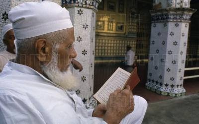 Mencabut Uban dan Mewarnai Rambut, Apa Hukumnya dalam Islam?