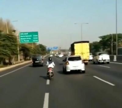 Tak Kenal Takut, Emak-Emak Bermotor Salip Kendaraan di Jalan Tol