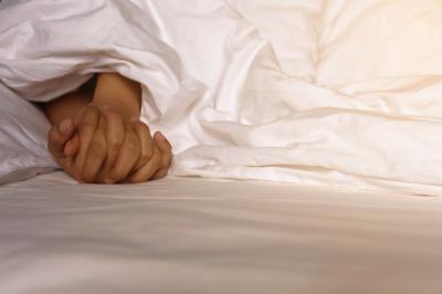 5 Alasan Spooning Sex Menyenangkan Buat Perempuan