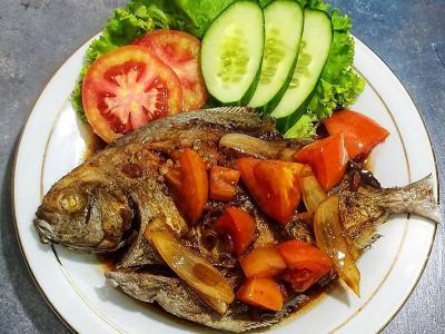 Makan Siang Santap Ikan Bawal Asam Manis dan Sambal Mangga, Bikin Lidah Bergoyang!
