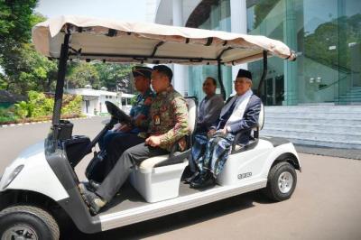 Ma'ruf Amin Pakai Sarung di Sidang Kabinet Paripurna Perdana