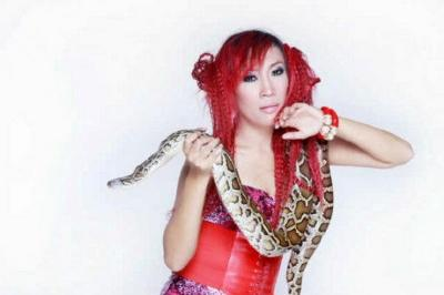 Heboh Foto Topless Dewi Sanca, Intip 5 Gayanya Pamer Belahan Dada