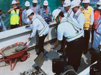 Momen Sejarah Pengecoran Jembatan Lengkung LRT Jabodebek