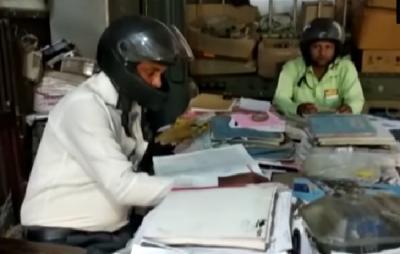 Para Karyawan Ini Pakai Helm saat Bekerja, Alasannya Menyedihkan