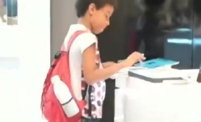 Viral Bocah Laki-Laki Kerjakan PR di Toko Gadget, Bikin Netizen Terharu!