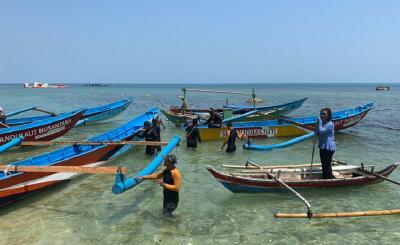 Susi Pudjiastuti Bagikan Kapal ke Nelayan, Netizen: Kepemimpinan Langka