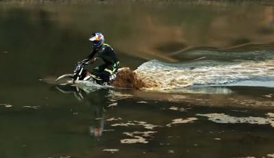 Motor Trail Listrik Racikan Rusia Ini Berhasil Trabas Danau Penuh Air