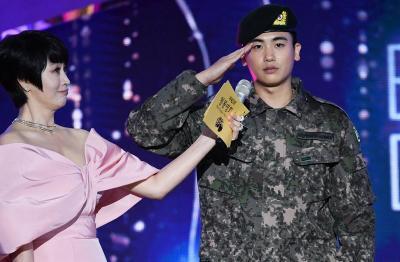 Kim Woo Bin dan Park Hyung Sik Jadi Kejutan Manis di Blue Dragon Awards 2019
