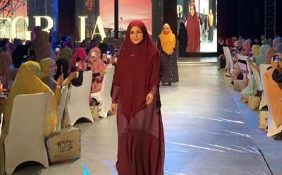 Pesona Gaya Hijab Syar'i 8 Selebriti Tanah Air, dari Donita hingga Melly Goeslaw