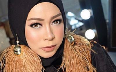 4 Pesona Gaya Hijab Melly Goeslaw yang Unik dan Lucu