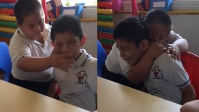 Viral Video Bocah Down Syndrome Hibur Temannya yang Idap Autisme