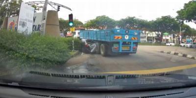 Bahaya Blind Spot, Mobil Sedan Remuk Terlindas Truk