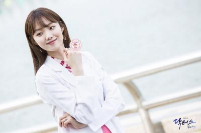 Aksi Lee Sung Kyung Jadi Dokter dalam Romantic Doctor Kim 2