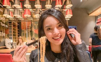 5 Gaya Kulineran Sisi Asih, Pramugari Garuda Indonesia yang Viral