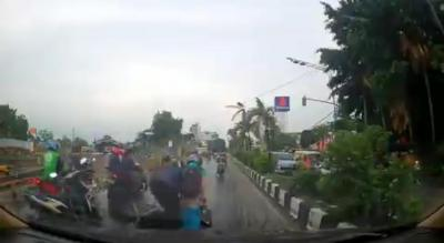 Pemotor Diharapkan Waspada Saat Lalui Perlintasan Kereta Api di Musim Hujan