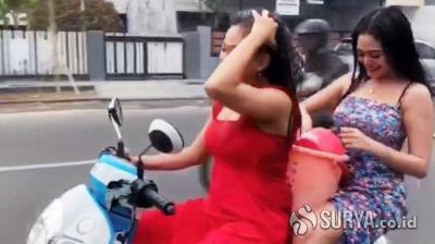 Gunakan Honda Scoopy Baru, Dua Cewek Ini Mandi Basah di Atas Motor