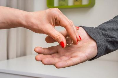 5 Alasan Perceraian Paling Aneh, Tak Sanggup 'Jinakkan' Alat Kelamin Suami hingga Kalah Judi