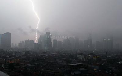 Hujan Lebat Disertai Petir Diprediksi Guyur Jakarta Sore Ini