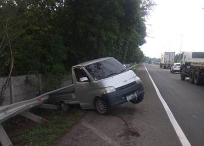Pecah Ban, Pikap Tabrak Pembatas Jalan Tol Bintara