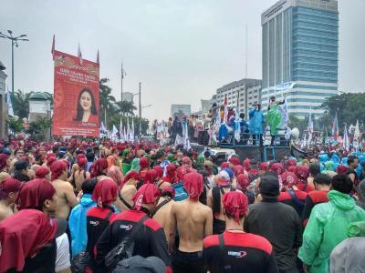Demo Tolak Omnibus Law, Massa Buruh Berselawat di Tengah Hujan Deras