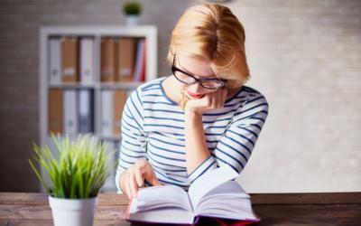 Membaca Buku Favorit Dapat Mengusir Penat Sepulang Kantor