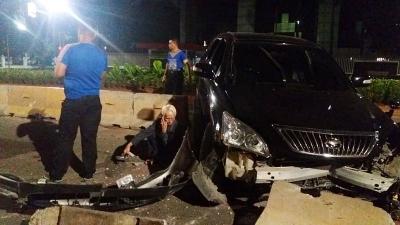 Toyota Harier Tabrak Pembatas Jalan, Ban Depan sampai Terlepas