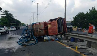 Truk Tangki Terbalik di Tol Cikunir, Muatan Tumpah ke Jalan