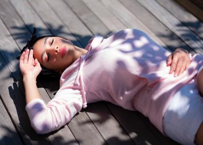 Gaya Angel Karamoy Bobo Manja di Bawah Terik Matahari, Netizen: Merem Aja Cantik!