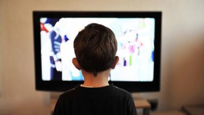 Nonton TV Terlalu Dekat Bikin Mata Buta, Mitos atau Fakta?