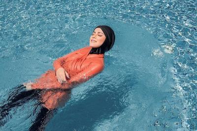 Muslimah Berenang di Kolam Umum, Bagaimana Hukumnya?