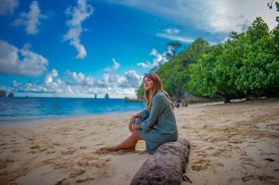 Serunya Keluarga Anang-Ashanty Berlibur ke Pantai Tiga Warna Malang