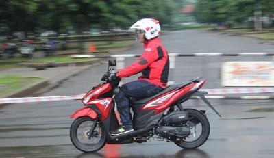 Cegah Kecelakaan, Pemotor Perhatikan Teknik Berkendara Selama Musim Hujan