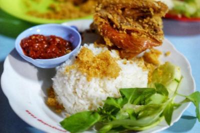 Resep Ayam Goreng Kremes Sambal Terasi, Pelengkapnya Lalapan