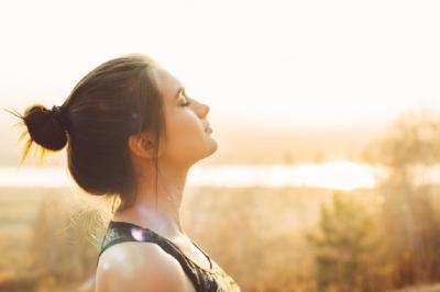 Berjemur Sinar Matahari Bikin Kulit Hitam?