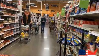 Pria Ini Pakai Topeng Leak Bali untuk Belanja di Supermarket