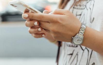 Ahli Ortopedi Ungkap Bahaya yang Mengintai Akibat Bermain Ponsel
