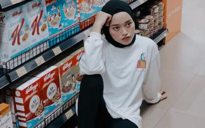 4 Gaya Hijab Boyish Style ala Indira Kalistha