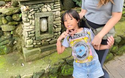 Modisnya Anak Ayu Dewi Pakai Kaus Mahal Gucci