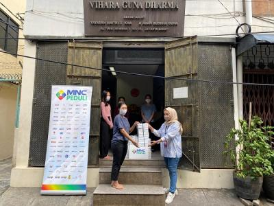 MNC Peduli dan PT Produser Pangan Asia Bagikan Makanan ke Vihara Guna Dharma