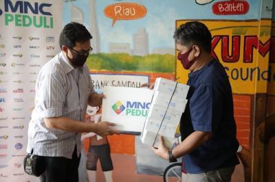 MNC Peduli Bagikan Makanan Boks ke Masyarakat yang Tinggal di Kolong Jalan Layang