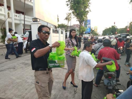 Perindo Surabaya Bagikan Ratusan Takjil sebagai Pembuka Puasa