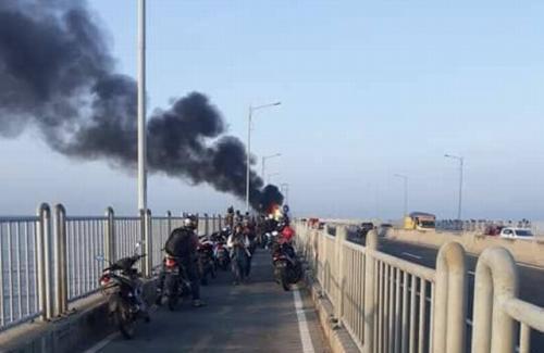 Dua Motor Tabrakan dan Terbakar di Jembatan Suramadu
