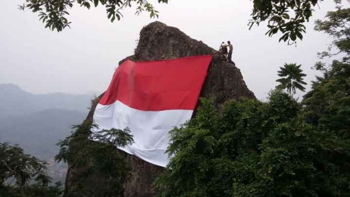 HARI MERDEKA: Mantap! Bendera Raksasa Dikibarkan di Lereng Gunung Munara Bogor